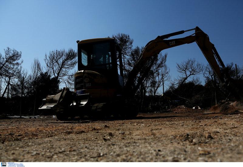 Μπουλντόζες έχουν ξεκινήσει εργασίες καθαρισμού από τα καμμένα
