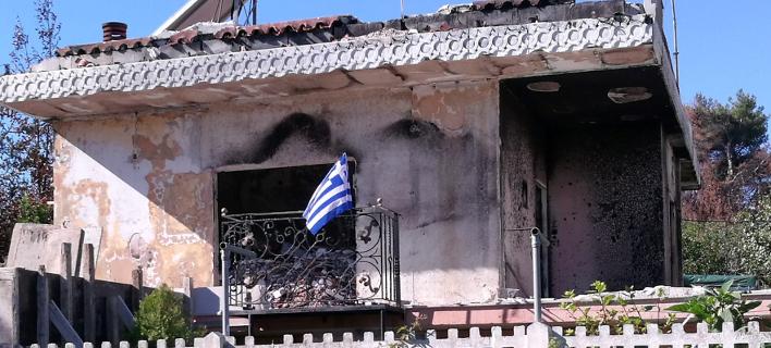 Το σπίτι στο Μάτι με την ελληνική σημαία