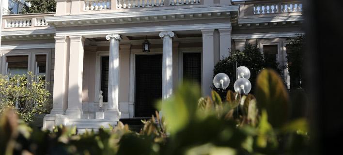Μαξίμου: Ο κ. Μητσοτάκης να μην εκτίθεται στον ήλιο γιατί εγκυμονεί κίνδυνος θερμοπληξίας