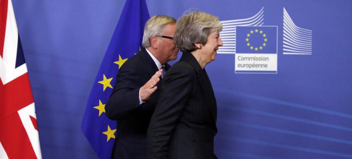 H πρωθυπουργός της Βρετανίας και ο πρόεδρος της Κομισιόν (Φωτογραφία: ΑΡ/Οlivier Matthys)