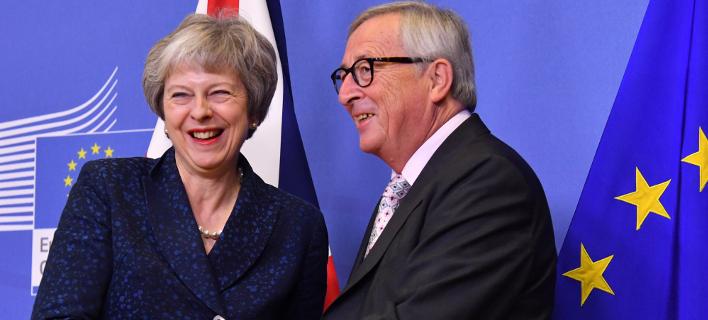Η πρωθυπουργός της Βρετανίας, Τερέζα Μέι και ο πρόεδρος της Κομισιόν, Ζαν Κλωντ Γιούνκερ (Φωτογραφία: AP/Geert Vanden Wijngaert)