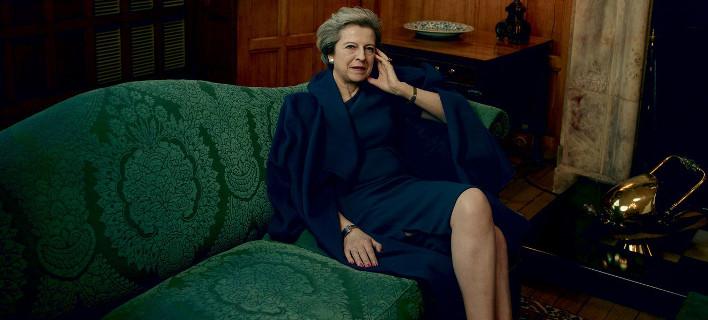 H Τερέζα Μέι πόζαρε για τη Vogue: Γιατί τσακώνεται με τον σύζυγό της, ποιος μαγειρεύει, πόσα παίρνει