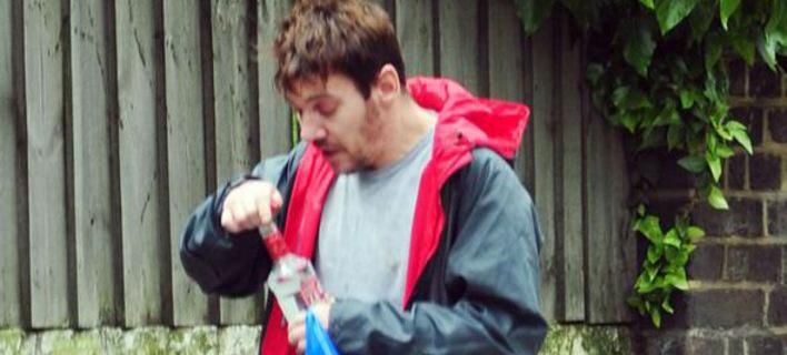 Σε τραγική κατάσταση γνωστός ηθοποιός: Στον δρόμο μ' ένα μπουκάλι βότκα στα χέρια και το βλέμμα χαμένο! (Εικόνες)
