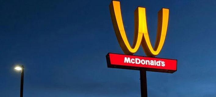 Γιατί τα McDonald's αντέστρεψαν το διάσημο λογότυπό τους; Το M ανάποδα [εικόνες]