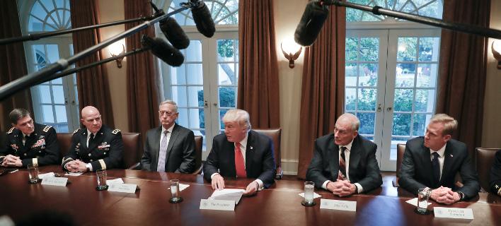 Στη δεύτερη θέση αριστερά του Τραμπ εικονίζεται ο σύμβουλος για θέματα ασφαλείας στον Λευκό Οίκο, στρατηγός Μακμάστερ/ Φωτογραφία: AP