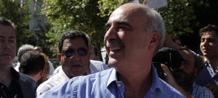 Ο Μεϊμαράκης θυμήθηκε τα νιάτα του -Αγκαλιές και χειροκροτήματα στο εκλογικό κέντρο [εικόνες]