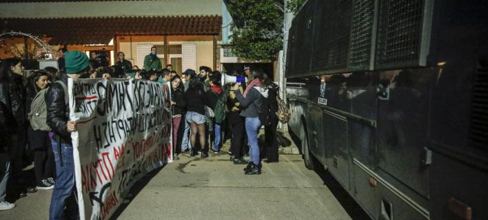 Φωτογραφία: Eurokinissi/ Ομιλία Τσίπρα στην Ελευσίνα υπό δρακόντεια μέτρα ασφαλείας και κλούβες των ΜΑΤ