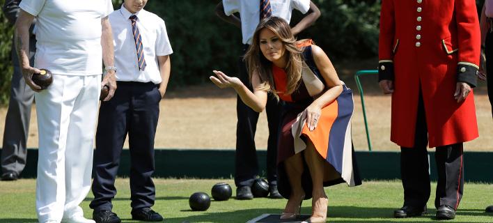 Η Μελάνια Τραμπ παίζει το παιχνίδι πετάνκ στο Λονδίνο -Φωτογραφία: -AP Photo/Luca Bruno, Pool