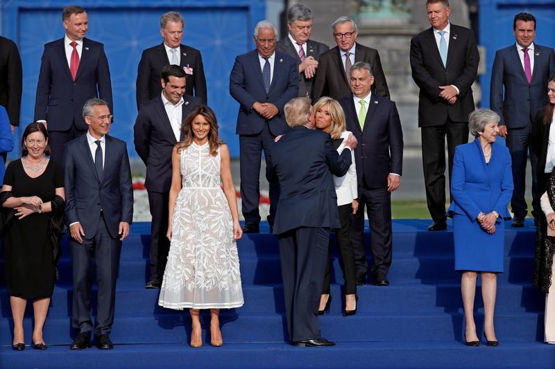 Ο Αλέξης Τσίπρας παρακολουθεί τους εναγκαλισμούς Τραμπ με Μπριζίτ