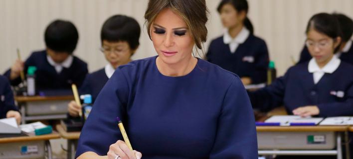 Η Μελάνια Τραμπ εξασκείται στην ιαπωνική καλλιγραφία. Φωτογραφία: AP/Shizuo Kambayashi