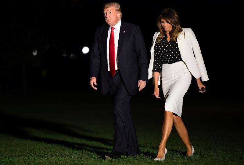 Βρίσκει τρόπους να δείχνει ότι τον αψηφά. Η στάση της δείχνει πατριωτισμό, όμως παράλληλα του ξεπληρώνει τις ταπεινώσεις που έχει υποστεί από αυτόν.