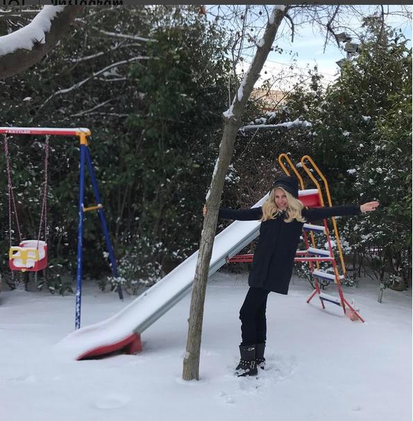 Σαν μικρό παιδί- Η Ελένη Μενεγάκη παίζει μέσα στα χιόνια
