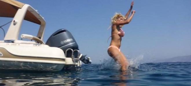 Η Ελένη Μενεγάκη με μικροσκοπικό μπικίνι πηδά από το φουσκώτο της [εικόνες]