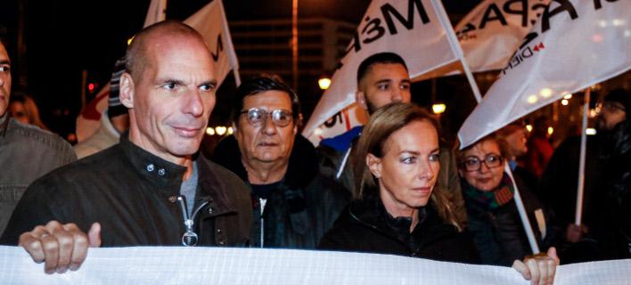 Ο Γιάνης Βαρουφάκης με τη σύζυγό του στην πορεία / Φωτογραφία: Eurokinissi