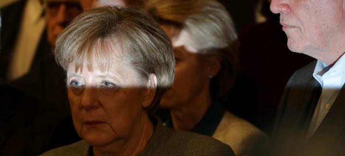 Καταπτοημένη εμφανίστηκε η Μέρκελ μετά την κατάρρευση των διερευνητικών επαφών στη Γερμανία (Φωτογραφία: ΑΡ)