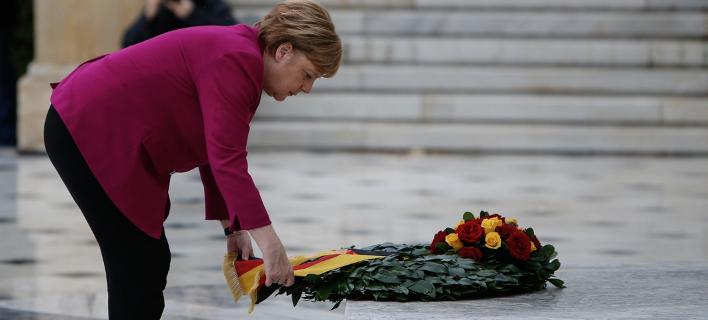 Η Ανγκελα Μέρκελ καταθέτει στεφάνι στο μνημείο του Αγνώστου Στρατιώτου -Φωτογραφία: George Vitsaras / SOOC