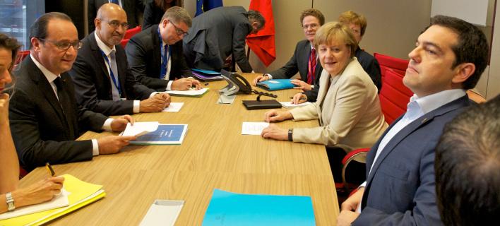 Bloomberg: Μέρκελ και Ολάντ γυρνούν την πλάτη τους στην Ελλάδα
