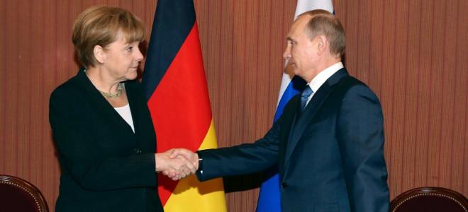Μέρκελ και Πούτιν δίνουν για πρώτη φορά τα χέρια μετά το ξέσπασμα της κρίσης στη