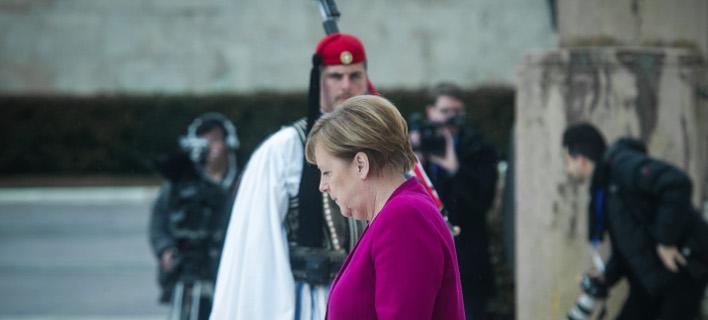 Η Ανγκελα Μέρκελ στο μνημείου του Αγνωστου Στρατιώτη / Φωτογραφία: EUROKINISSI/ΧΡΗΣΤΟΣ ΜΠΟΝΗΣ