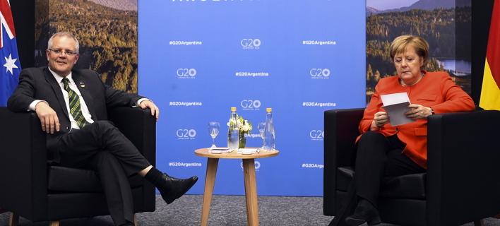 Η Μέρκελ συμβουλεύεται το σκονάκι της για να μιλήσει με τον Μόρισον/ Φωτογραφία: ΑΠΕ/ EPA- LUKAS COCH