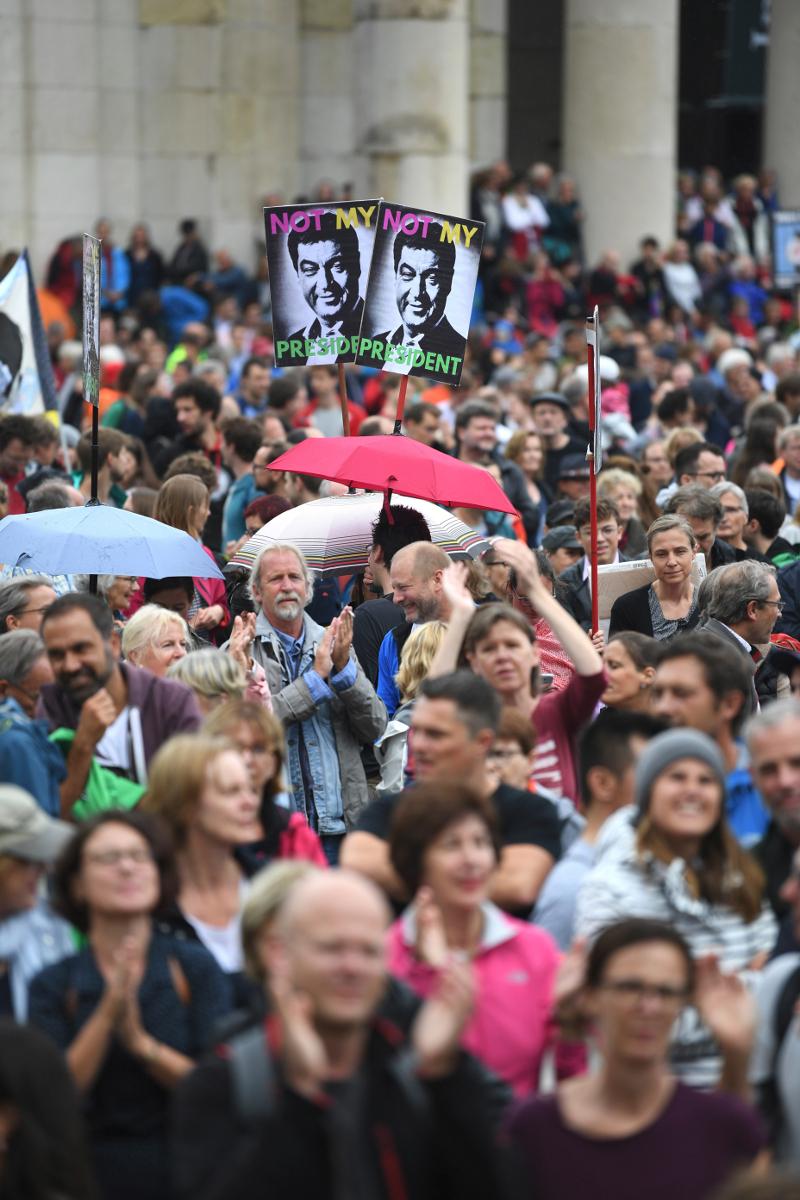 Τουλάχιστον 25.000 διαδηλωτές στους δρόμους για να διαμαρτυρηθούν για τη στάση των Βαυαρών συμμάχων της Άγγελας Μέρκελ στο μεταναστευτικό