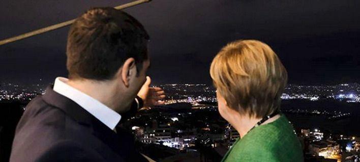 Ο Πρωθυπουργός δείχνει τη θέα στην Άνγκελα Μέρκελ
