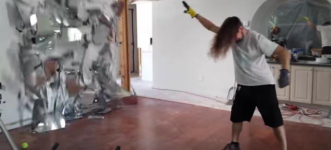 Τρελαμένος εργάτης χτίζει, σκάβει και κοπανιέται σε ρυθμούς μέταλ [βίντεο]