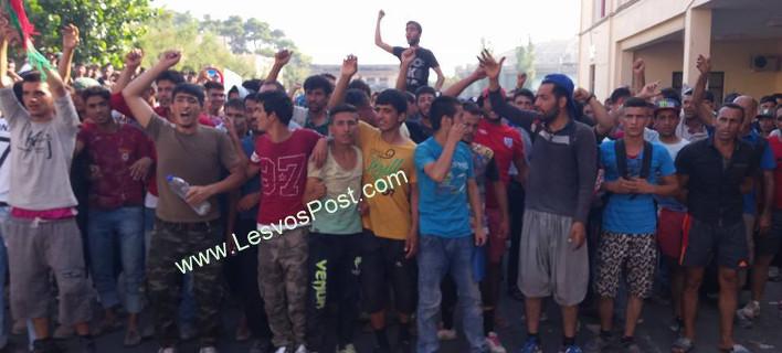 Το πλακάτ των μεταναστών στη Μυτιλήνη που κάνει το γύρο του Facebook [εικόνα]