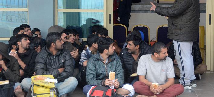 Μετανάστες σε χώρο αναμονής/Φωτογραφία: Eurokinissi