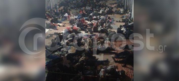 Φωτογραφία σοκ: Στο εσωτερικό του πλοίου με τους 700 λαθρομετανάστες [εικόνα]