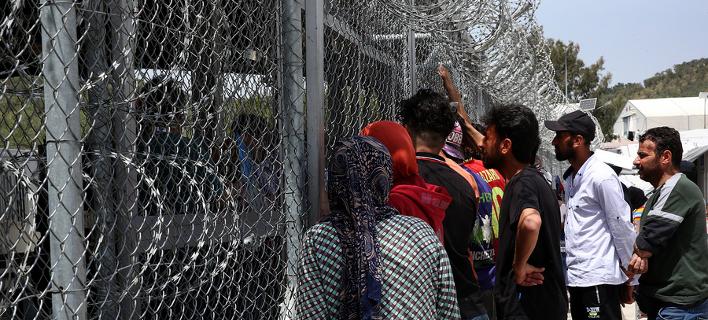 Πρόσφυγες έξω από το Κέντρο Υποδοχής και Ταυτοποίησης στη Μόρια / Φωτογραφία: ΑΠΕ