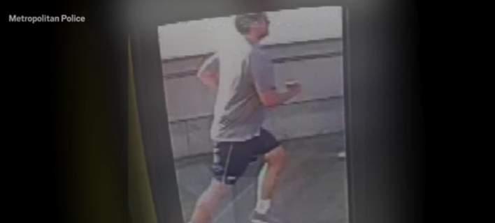 Ο δράστης της επίθεσης, όπως τον κατέγραψε κάμερα της γέφυρας.