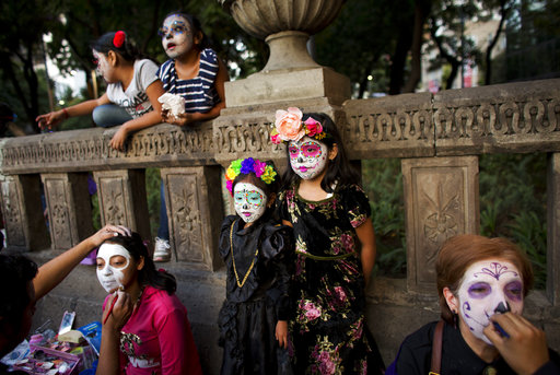 Μεξικό: Σκελετοί στους δρόμους!Η «τρομακτική» παρέλαση στην πόλη