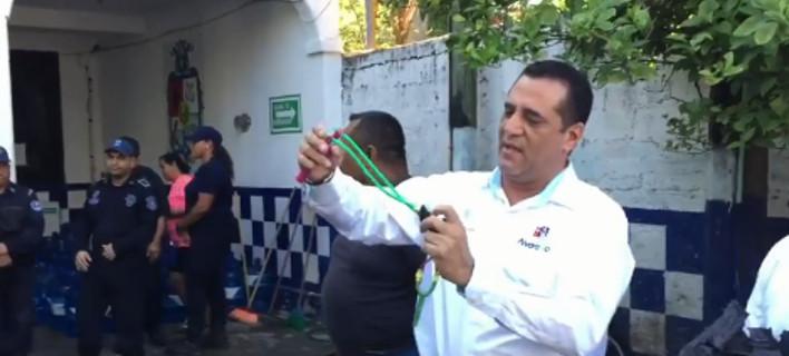 Ο δήμαρχος δείχνει πώς χρησιμοποιείται μια σφεντόνα