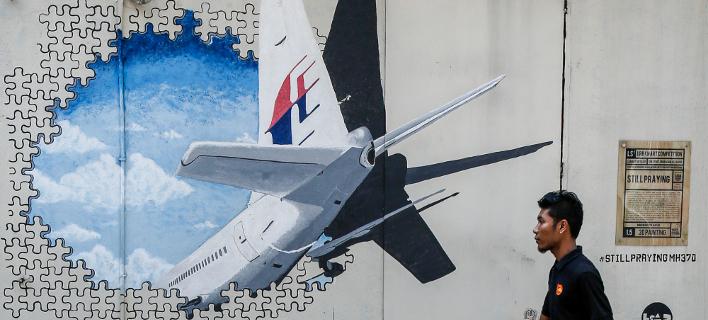 Γκράφιτι με το χαμένο αεροσκάφος σε τοίχο στην Κουάλα Λουμπούρ (Φωτογραφία αρχείου: ΑΡ/Joshua Paul)