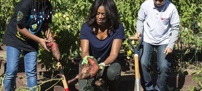 Η Μισέλ Ομπάμα στον κήπο της -Δείχνει στους Αμερικανούς τι να τρώνε [εικόνες]