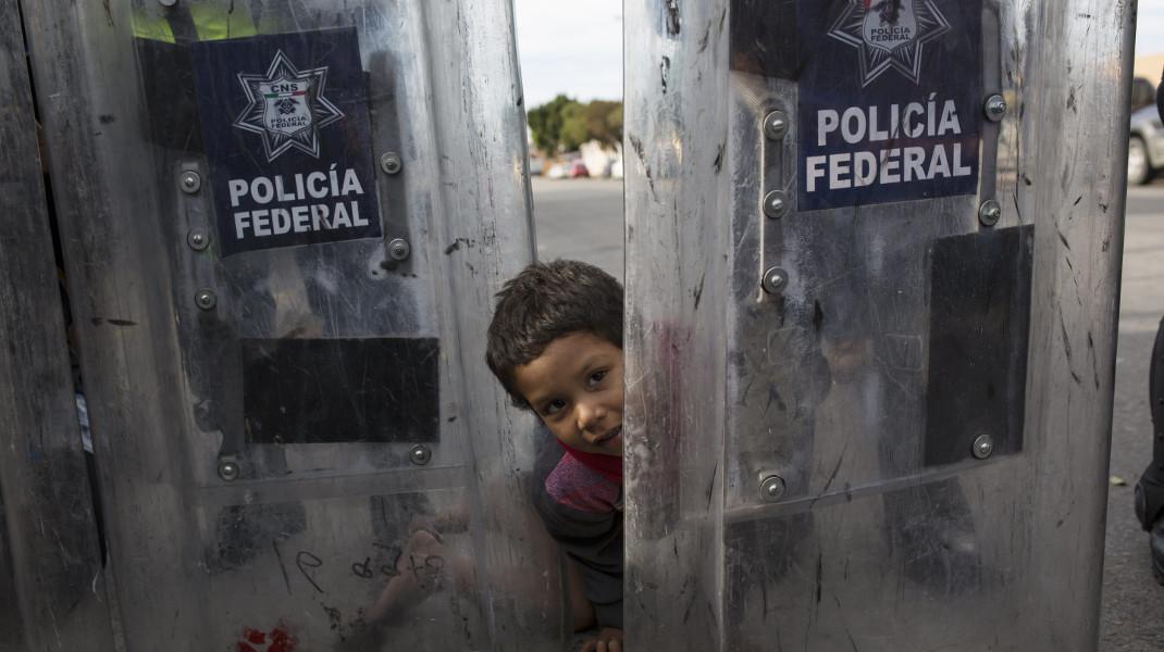 «Τζα!» Ενα 3χρονο προσφυγάκι ανάμεσα στις ασπίδες αστυνομικών στα σύνορα με ΗΠΑ -Φωτογραφία: AP Photo/Rodrigo Abd