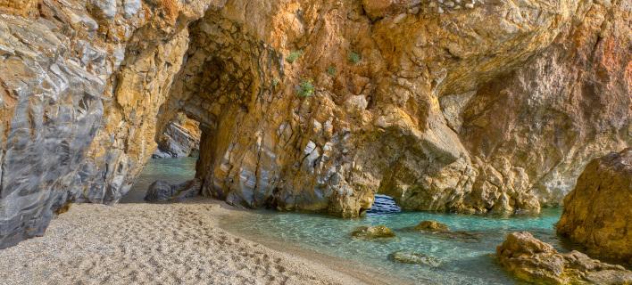 Η μαγική παραλία του Αιγαίου που χωρίζεται στα δύο από έναν βράχο [εικόνες]