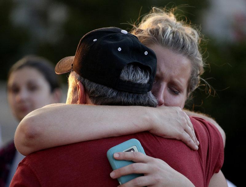 Συγγενείς που κλαίνε για τα θύματα στο Μιζούρι/ Φωτογραφία AP images