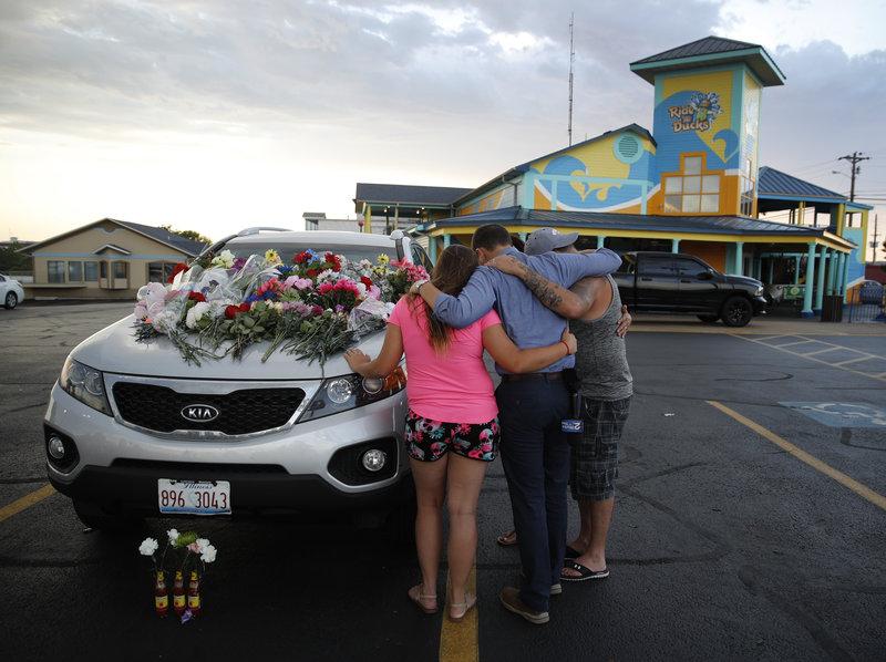 Οι συγγενείς πενθούν τους ανθρώπους τους που χάθηκαν στην τραγωδία στο Μιζούρι/ Φωτογραφία AP images