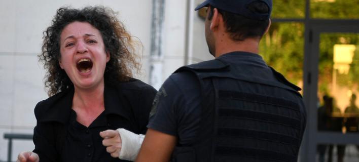 Ξέσπασε η μητέρα της Ζέμπερη έξω από τα δικαστήρια -Φωτογραφία: Intimenews/ΒΑΡΑΚΛΑΣ ΜΙΧΑΛΗΣ