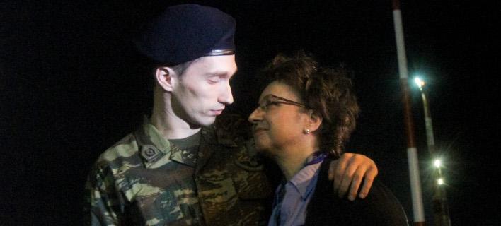 Ο Αγγελος Μητρετώδης στην αγκαλιά της μητέρας του -Φωτογραφία: Intimenews/ΠΑΠΑΔΟΠΟΥΛΟΣ ΚΩΣΤΑΣ