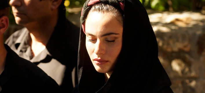 Ποια είναι η θλιμμένη Κρητικοπούλα που συνόδευσε τη σορό του Μητσοτάκη στα Χανιά [εικόνες]