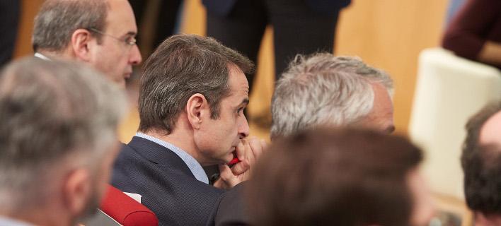 Μητσοτάκης με βουλευτές της Β' Αθήνας /Φωτογραφία: Intime news