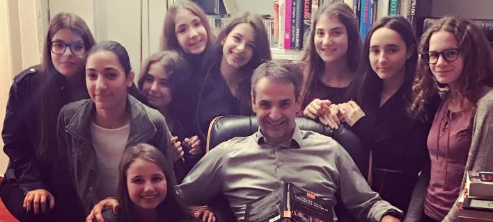 Η κόρη του Κυριάκου Μητσοτάκη με 8 φίλες της έκανε... έφοδο στον πατέρα της! [εικόνα]