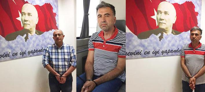 Τα δύο στελέχη της οργάνωσης του Γκιουλέν που συνέλαβε η ΜΙΤ. Τους φωτογράφισαν κάτω απο το πορτρέτο του Ατατούρκ
