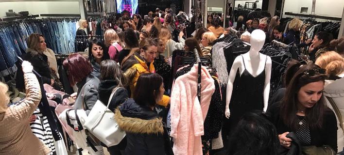 Δεν «πέφτει καρφίτσα» στα μαγαζιά με τα γυναικεία ρούχα- Το αδιαχώρητο λόγω Black Friday [βίντεο]