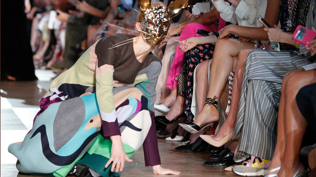 Ενα μοντέλο χάνει την ισορροπία του στην επίδειξη μόδας του Schiaparelli στο Παρίσι -Φωτογραφία: AP Photo/Francois Mori
