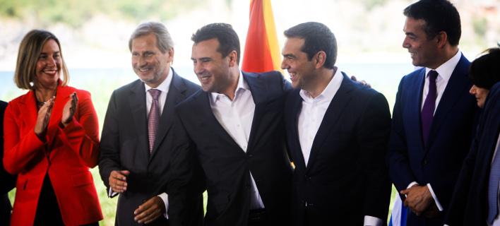 Ιστορική στιγμή η υπογραφή της συμφωνίας. Φωτογραφία: Eurokinissi