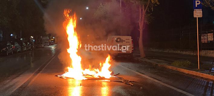 Εβαλαν φωτιά σε κάδους σκουπιδιών, φωτογραφίες: thestival.gr